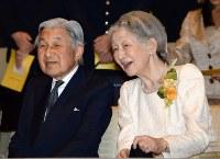 皇后陛下傘寿奉祝洋楽演奏会に出席された天皇、皇后両陛下=皇居・桃華楽堂で2015年6月26日午後2時31分、望月亮一撮影