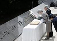 「戦没船員の碑」で供花される天皇、皇后両陛下=神奈川県横須賀市の観音崎公園で2015年6月10日午後0時15分、代表撮影