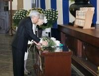 東京都慰霊堂を訪れ、霊殿に供花される天皇、皇后両陛下=東京都墨田区で2015年5月26日午前11時3分(代表撮影)