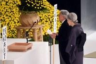 全国戦没者追悼式でおことばを述べられる天皇陛下と皇后さま=東京都千代田区で2015年8月15日午後0時3分、喜屋武真之介撮影