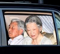 精密検査を終え、天皇陛下と皇居に戻られた皇后さま=2015年8月9日午後6時12分、竹内幹撮影