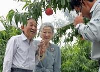 モモ生産農家で説明を受けられる天皇、皇后両陛下=福島県桑折町で2015年7月16日午後1時45分、代表撮影