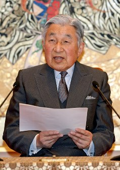 82歳の誕生日にあたっての記者会見に臨まれる天皇陛下=皇居・宮殿「石橋の間」で2015年12月18日午後3時34分、代表撮影