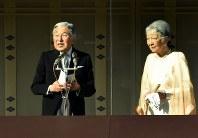 新年の一般参賀でお言葉を述べる天皇陛下=皇居で2016年1月2日午前10時12分、竹内紀臣撮影