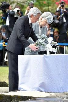 「比島戦没者の碑」に供花される天皇、皇后両陛下=フィリピン・ラグナ州カリラヤで29日午前11時55分、代表撮影