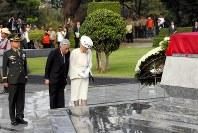 「無名戦士の墓」の碑に供花し、黙とうされる天皇、皇后両陛下=フィリピン・マニラで2016年1月27日午後、代表撮影