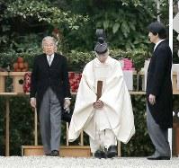 神武天皇陵を参拝された天皇陛下と秋篠宮さま=奈良県橿原市で2016年4月3日午前、三村政司撮影