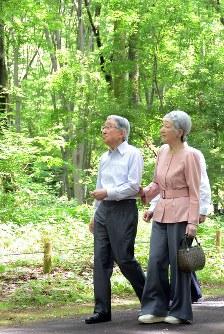 公園の雑木林を散策される天皇、皇后両陛下=東京都小金井市で2016年5月31日午後0時22分、代表撮影