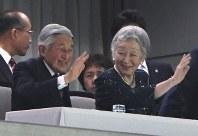 ラグビー日本代表とスコットランドの試合を観戦され、観客席に手を振る天皇、皇后両陛下=東京・味の素スタジアムで2016年6月25日午後8時20分、徳野仁子撮影