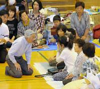 南阿蘇中学校の体育館に避難している住民に声をかけられる天皇陛下=熊本県南阿蘇村で2016年5月19日午後2時17分(代表撮影)
