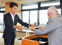 当選証書を受け取る佐藤氏(左)=奈良県庁で、芝村侑美撮影