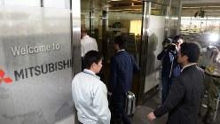 三菱自動車に検査に入る国交省職員=愛知県岡崎市で2016年4月21日、木葉健二撮影