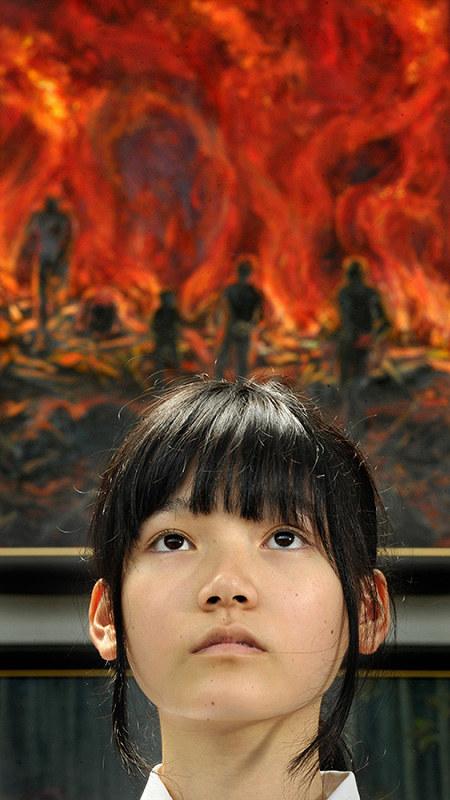 「8月6日の夜の火災~炎に追われる~」を描いた伊藤悠さん=山田尚弘撮影