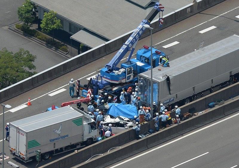 阪神高速4号湾岸線で玉突き事故 トラックなど4台 …