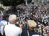 都知事選立候補者の第一声を聞く有権者ら=東京都新宿区で2016年7月14日午前10時50分、小出洋平撮影