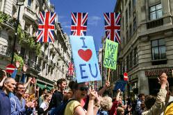 英国のEU離脱に抗議し、ロンドン市内を行進する人々=2016年7月2日撮影