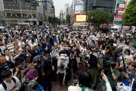候補者の演説に足を止める有権者ら=東京都渋谷区で2016年7月14日午後4時24分、竹内幹撮影