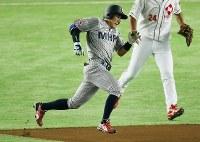【大阪市(日本生命)-横浜市(三菱日立パワーシステムズ横浜)】一回裏横浜市1死、栗林が右中間を破る三塁打を放ち全力で走る(捕手・古川)=東京ドームで2016年7月15日、宮武祐希撮影