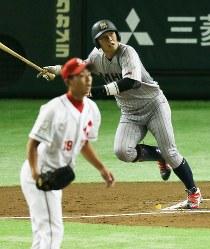 【大阪市(日本生命)-横浜市(三菱日立パワーシステムズ横浜)】一回裏横浜市1死三塁、竹内が先制の左越え二塁打を放つ(投手・清水)=東京ドームで2016年7月15日、宮武祐希撮影