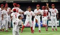 【大阪市(日本生命)-横浜市(三菱日立パワーシステムズ横浜)】 四回裏横浜市2死満塁、中西に左翼線2点二塁打を打たれるが、一塁走者を本塁でタッチアウトにして、ベンチ前でナインを出迎える大阪市の選手たち=東京ドームで2016年7月15日、宮武祐希撮影