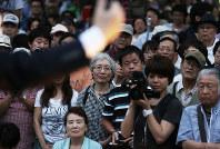 都知事選告示後初の週末を迎え、街頭で候補者の演説を聞く有権者たち=東京都墨田区で2016年7月16日午後6時21分、小出洋平撮影