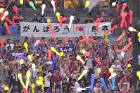 【全パ―全セ】七回の攻撃前に全セを応援する観客席で「がんばろう熊本」と書かれた横断幕が掲げられた=ヤフオクドームで2016年7月15日、和田大典撮影