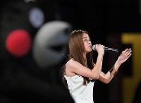試合開始前、国家独唱した歌手のfumikaさん=ヤフオクドームで2016年7月15日、和田大典撮影