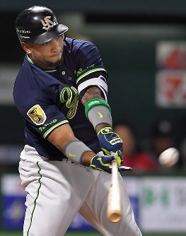 【全パ―全セ】全セ五回表1死、バレンティンが右中間に3点目となる本塁打を放つ=ヤフオクドームで2016年7月15日、和田大典撮影
