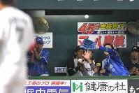 【全パ―全セ】全パ八回裏1死二塁、全セベンチに飛んだ鈴木の打球=ヤフオクドームで2016年7月15日、和田大典撮影