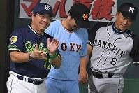 【全パ―全セ】九回に2点を追加し、喜ぶ全セの真中監督(左)=ヤフオクドームで2016年7月15日午後9時21分、和田大典撮影