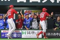 【全パ―全セ】九回、2点を追加し喜ぶ全セの選手たち=ヤフオクドームで2016年7月15日、和田大典撮影