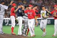 【全パ―全セ】第1戦に勝利し、喜ぶ全セの選手たち=ヤフオクドームで2016年7月15日、和田大典撮影