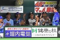 【全パ―全セ】八回、ベンチに飛んできた全パ鈴木の打球をつかんだ山崎(右)に拍手を送る全セの選手たち=ヤフオクドームで2016年7月15日午後9時4分、和田大典撮影