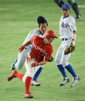 【トヨタ自動車-七十七銀行)】二回表トヨタ自動車2死一塁、打者・源田の時、一塁走者の多木(手前)がけん制で飛び出し、一塁手の大野(左後方)がタッチしアウト。右は遊撃手の西川=東京ドームで2016年7月16日、梅田麻衣子撮影