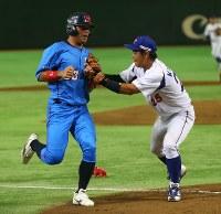 【大阪市(NTT西日本)-東京都(東京ガス)】二回表大阪市1死三塁、永松のスクイズを外され三塁走者の中西がタッチアウト(野手・黒田)=東京ドームで2016年7月16日、宮武祐希撮影