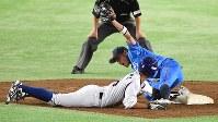 【NTT西日本-東京ガス】四回裏東京ガス2死一塁、打者・村田の時、中山が二盗を試みるもアウト(野手・永松)=東京ドームで2016年7月16日、野田武撮影