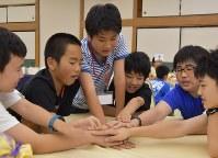 避難先から集まり、手遊びに興じる福島県双葉町の中学1年生=同県いわき市で2016年7月16日午後4時25分、乾達撮影