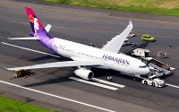 Hawaiian Airlines Flight 458, which made an emergency landing at Haneda Airport and was stranded on the runway with flat tires, is seen on July 18, 2016. (Mainichi)