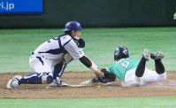 【札幌市(JR北海道)-鹿嶋市(新日鉄住金鹿島)】四回表札幌市1死一、三塁、大東のスクイズで三塁走者の大野が本塁突入するもアウト(捕手・片葺)=東京ドームで2016年7月18日、宮武祐希撮影