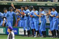 【君津市(新日鉄住金かずさマジック)-広島市(JR西日本)】一回表広島市無死一、三塁、打者・藤沢の時、暴投の間に三塁走者の春原(左から2人目)が生還し、盛り上がるJR西日本ベンチ=東京ドームで2016年7月18日、宮武祐希撮影