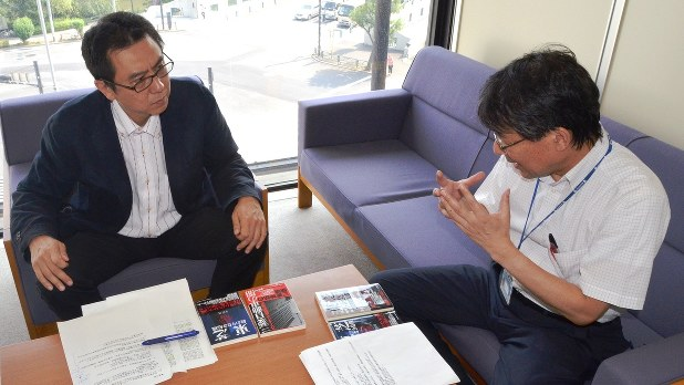 週刊エコノミストの金山編集長(左)と経済プレミアの今沢編集長=2016年7月7日撮影