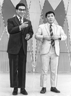 前田武彦さん(右)が大橋巨泉さんと2人で司会を務めたテレビ番組「ゲバゲバ90分!」は人気を集めた=1969年10月