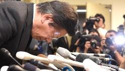 燃費不正が発覚し、記者会見冒頭で頭を下げる三菱自動車の相川哲郎社長(肩書きは当時)=2016年4月26日、徳野仁子撮影
