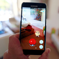 「ポケモンGO」のスマートフォンの画面=米カリフォルニアで11日、ロイター