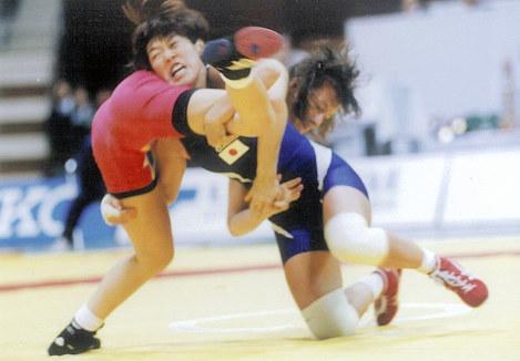 東京で開催された1991年世界選手権でタックルに入る吉村(右)