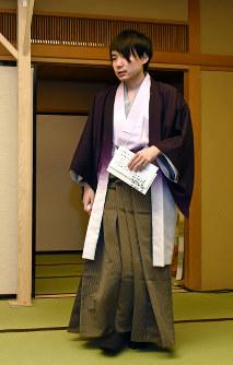 第74期名人戦第1局では、特注で染めた羽織姿で登場した=東京都文京区で2016年4月5日、竹内紀臣撮影