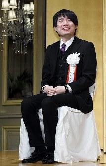 第74期名人戦第1局の前夜祭に臨んだ佐藤天彦八段。スリーピースのスーツにエナメルの靴をセレクト=東京都文京区で2016年4月4日、竹内紀臣撮影