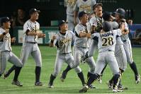 【山形市(きらやか銀行)-大垣市(西濃運輸)】延長タイブレーク十二回裏1死満塁、井貝(右端)が右中間2点二塁打を放ち、サヨナラ勝ちで喜ぶ選手たち=東京ドームで2016年7月21日、宮武祐希撮影