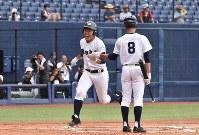 【巻−長岡工】二回表巻1死一、三塁、小林の左越え適時三塁打で三走・早川が生還し先制=新潟市中央区のハードオフエコスタジアムで