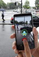 ゲームアプリ「ポケモンGO」が配信され、ポケモンが表示されたスマートフォンの画面=東京都千代田区で2016年7月22日午前10時41分、内藤絵美撮影